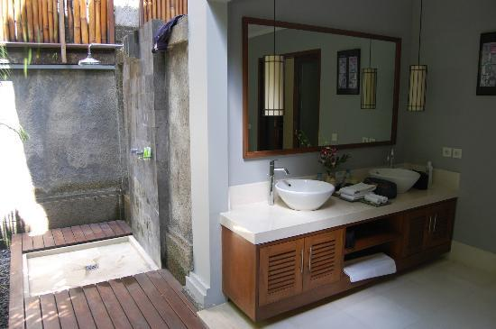 Serene Villas: Downstairs bathroom