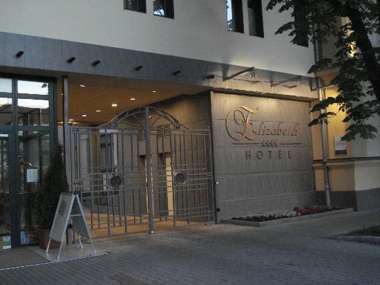 Elizabeth Hotel: entrance of the hotel