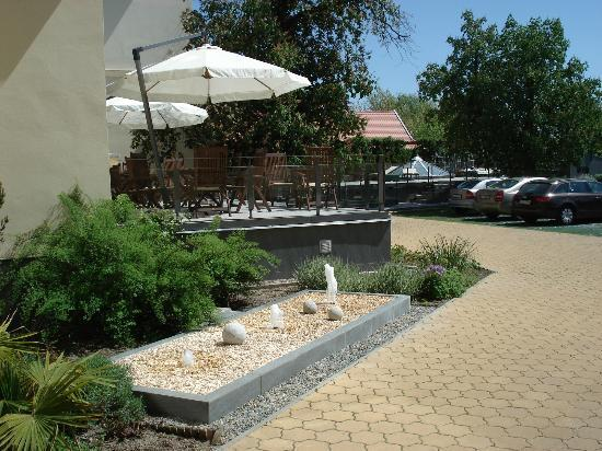 Elizabeth Hotel: back garden of the hotel
