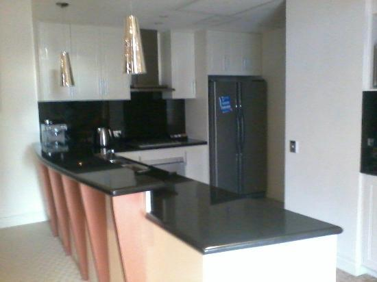 Macarthur Chambers Apartment Hotel: kitchen
