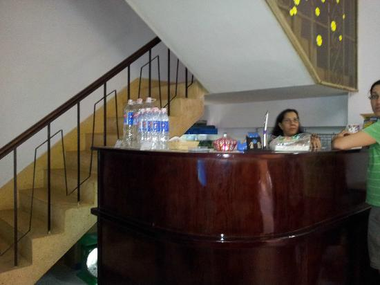 Long Hostel: Receptionist