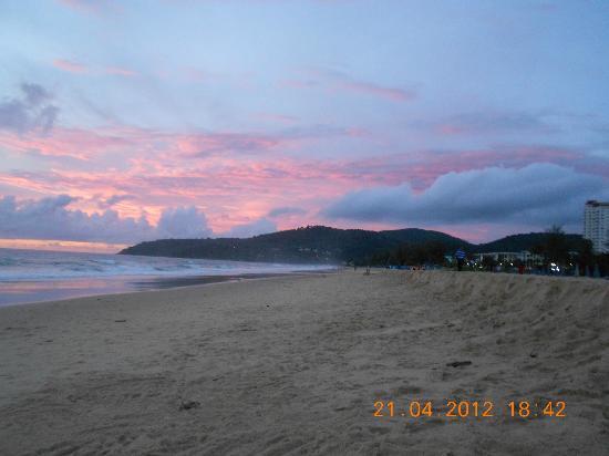 Baumancasa Karon Beach Resort: Закат пляж Карон