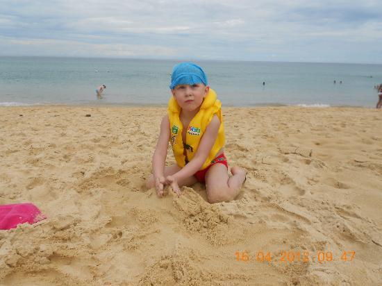 Baumancasa Karon Beach Resort: Пляж Карон с бело-желтым скрипучим песочком