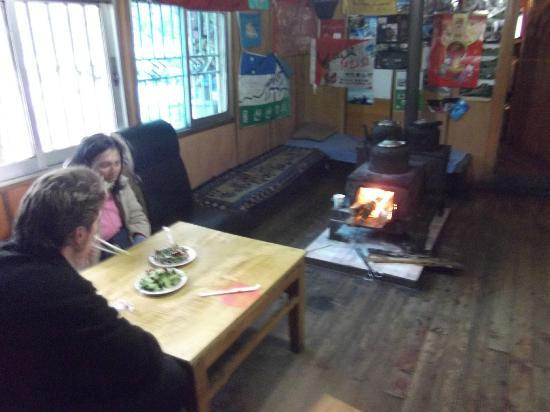 Haba Snow Mountain Inn: Welcome solid fuel fire & solid good food too