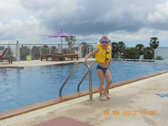 Baumancasa Karon Beach Resort: Бассейн на крыше корпуса №1 и вид на море