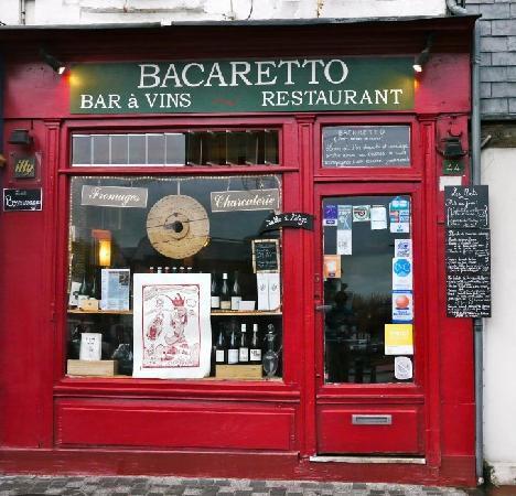 La facade rouge du Bacaretto, à deux pas de l'Office du Tourisme.