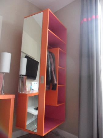 Ibis Styles Dijon Central : Armoire pivotante, très pratique