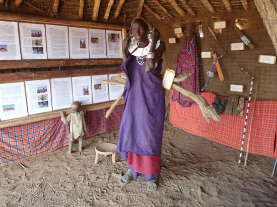 Olpopongi - Maasai Cultural Village & Museum: Olpopongi Museum mit einer Massai Lady