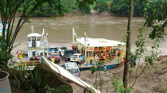 Tarapoto, Peru: Balsa Cautiva utilizada para cruzar el Rio Huallaga