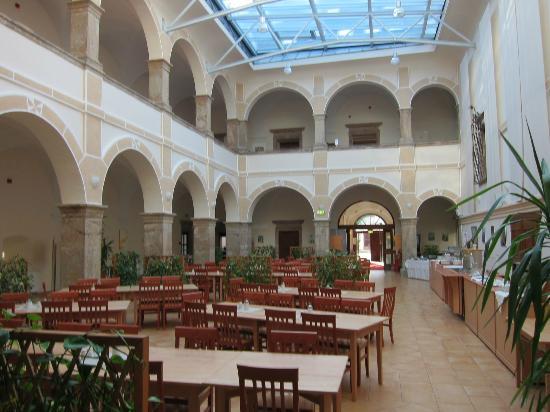 JUFA Hotel Schloss Roethelstein: Il cortile-ristorante del Castello