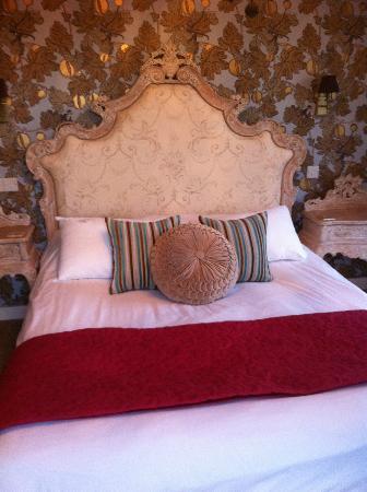 The Cartford Inn: beautiful bed