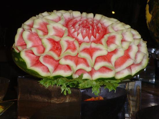 La Pirogue Resort & Spa: un des magnifiques fruits décorés pour le dîner mauricien