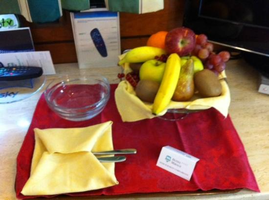Best Western Hotel Mirage: Complimentary basket of fruit for my birthday!