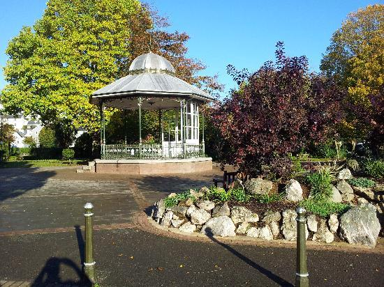 The Crow's Nest: Royal Avenue Gardens - 3 mins stroll away