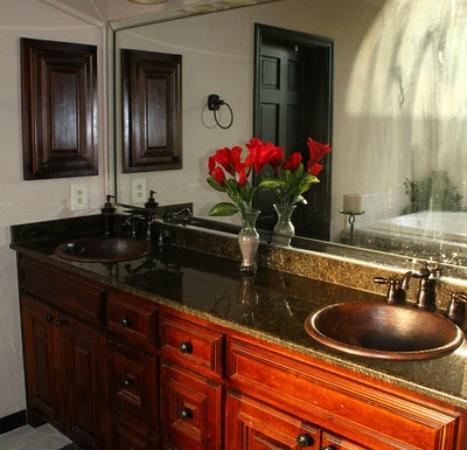 Towering Oaks Haven : Bridal Suite Bathroom