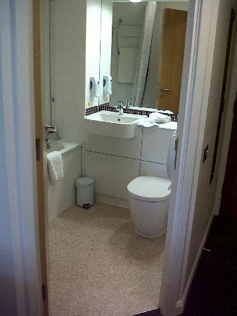 Premier Inn Fareham Hotel: Bathroom