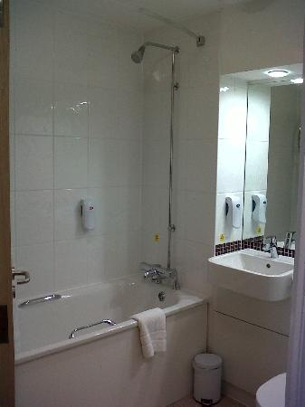 Bathroom picture of premier inn fareham hotel fareham tripadvisor Premiere bathroom design reviews