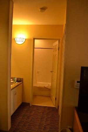 The Kinney: Vista al baño desde la entrada