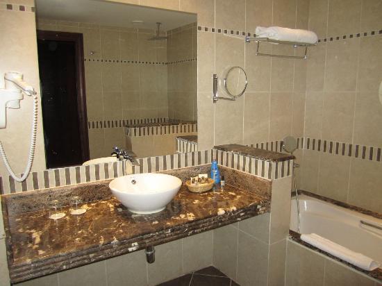 Bagno con vasca e doccia foto di rixos sharm el sheikh - Foto di bagni con doccia ...