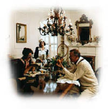 Lakewinds Country Manor : Breakfast served in our dining room