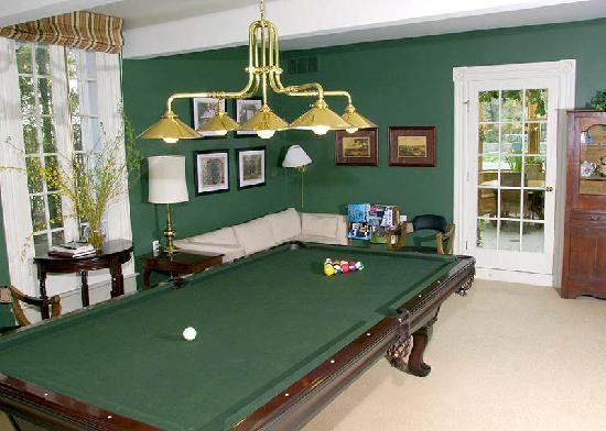 Lakewinds Country Manor : Billiards, anyone?