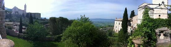 San Crispino Historical Mansion: Vista panoramica dal giardino