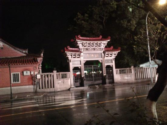 Overseas Chinese Hotel: Temple Opp the hotel