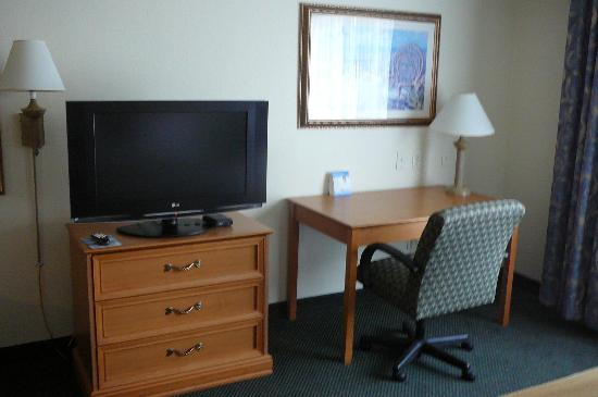 Holiday Inn Express & Suites Jacksonville - Blount Island: TV and Desk