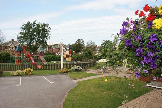Premier Inn Blackpool (Bispham) Hotel: Beefeater garden area