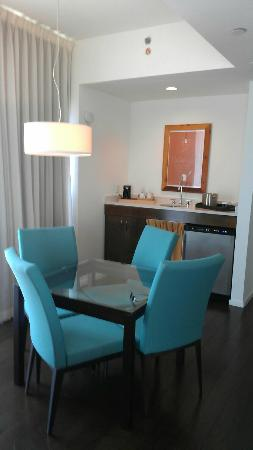 Hotel Indigo Athens-University area: wetbar, table and chairs