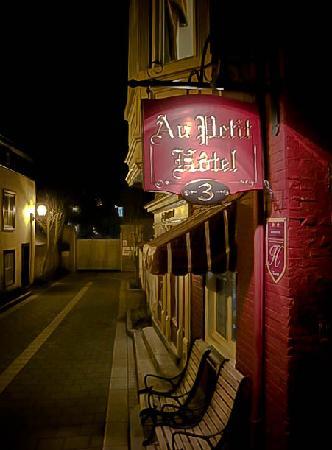 Au Petit Hotel : Front Entrance