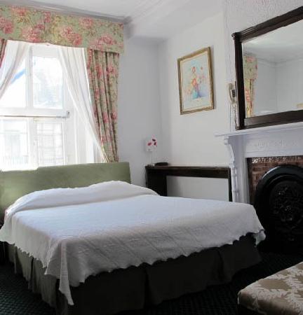 Au Petit Hotel: Standard Queen Room