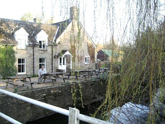 The Bridge Inn - Michaelchurch Escley: The Bridge Inn from the Footbridge
