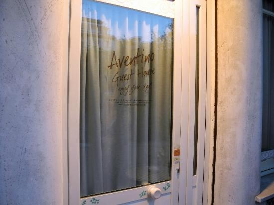 Aventino Guest House: Front door to the Aventino