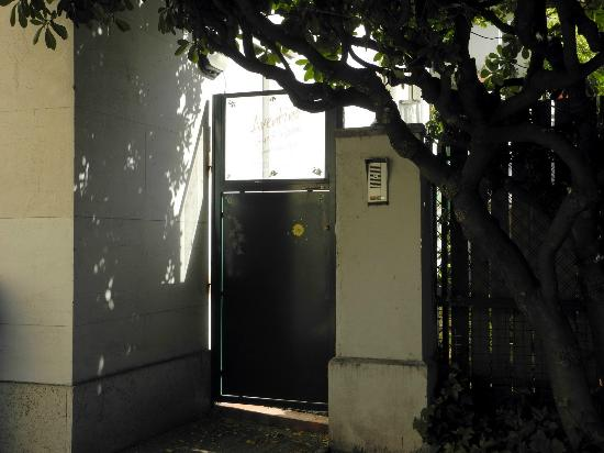 Aventino Guest House: Courtyard door leading to the terrace and entrance