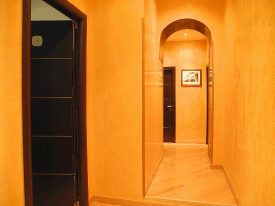 Aventino Guest House: Halway leading to the rooms