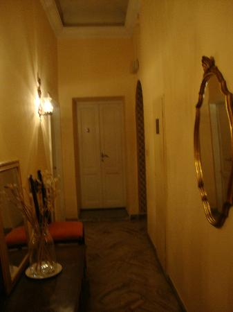 Hotel Cestelli: Hallway to the solo room. So pretty!