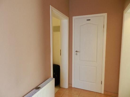 Villa Zrina: Piccolo corridoio per andare alla camera