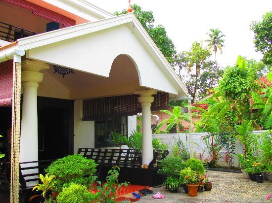 Bella Homestay: front garden