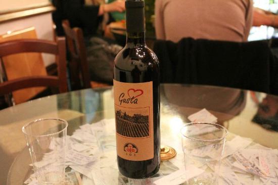 Gustapizza: Vino rosso della casa... perfect with pizza!
