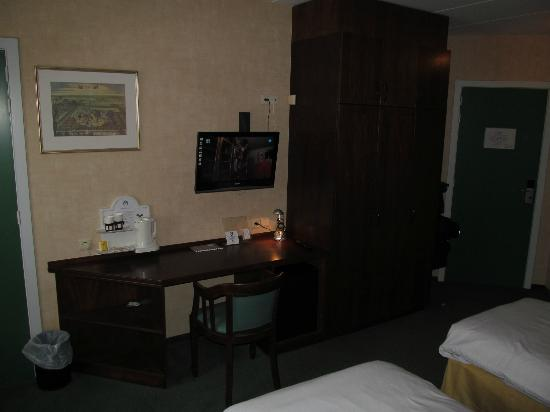 Corsendonk Viane: Hotel Corsendonk desk with TV