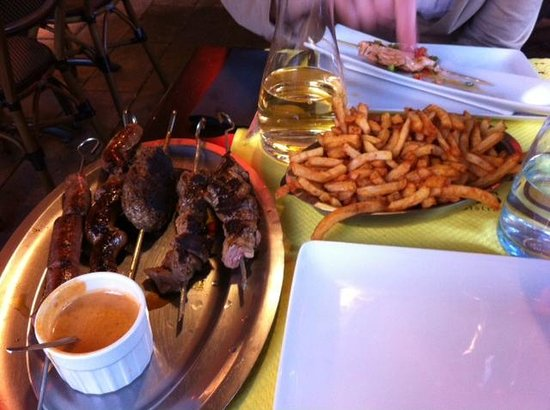 O Brochettes: Kebab skewers and chips
