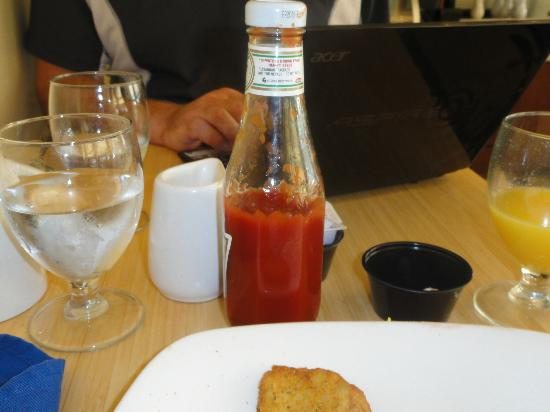 Four Points by Sheraton Philadelphia Airport: Half bottle warm ketchup.