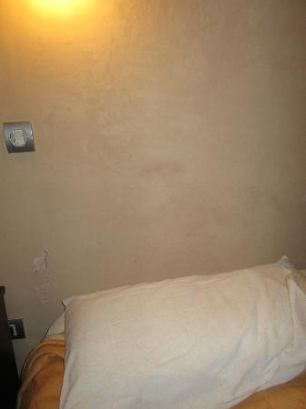 Hotel La Giralda I: Humedad en la habitación
