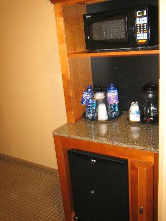 La Quinta Inn & Suites Twin Falls: The great mini bar, bottled water and all