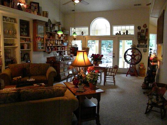 Aspen Meadows Bed & Breakfast: B&B commons area