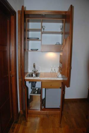Relais Pierret Piazza di Spagna: Meuble-cuisine avec frigidaire