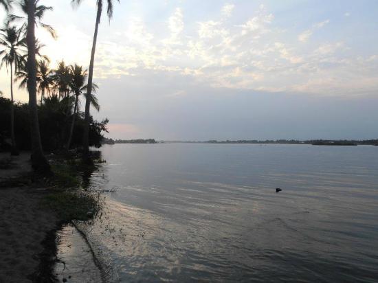 Barra de Santiago, El Salvador: vista hacia el río, izquierda