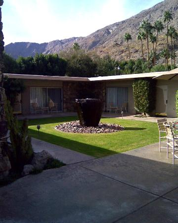 Desert Hills Hotel: A fountain near the 1 and 2 bedroom suites