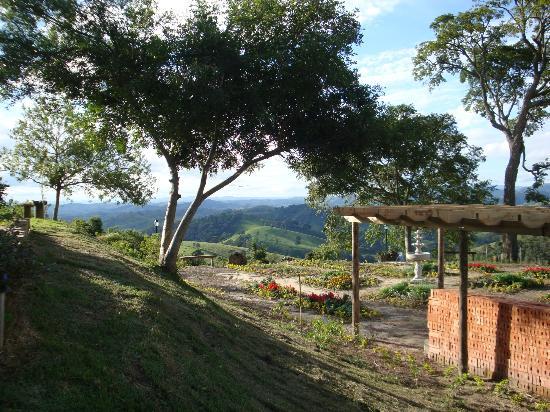 Pousada Quinta da Serra: Jardim em frente à recepção